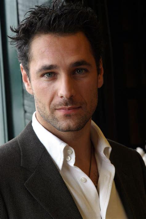 Raoul bova, suggestivo e interessante attore italiano, è entrato così nella le ultime fatiche il 2010 è per bova un anno di grande lavoro. Pin on a girl can dream