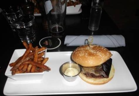 cuisine st sauveur bisson burger plate photo de le sau pub gourmand