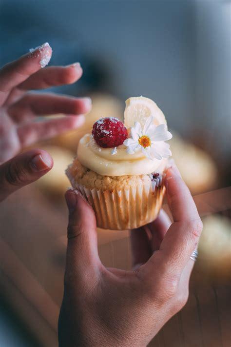 Kāpēc sievietēm tik ļoti garšo saldumi? - Jauns.lv