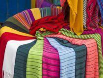 tappeti peruviani tessuti sul mercato in fes marocco fotografia stock