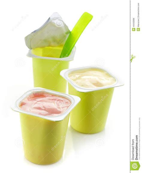 recyclage pot de yaourt plastique trois pots en plastique de yaourt photo stock image 44442696