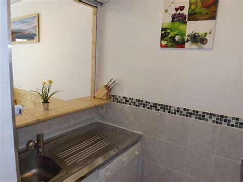 passe plats pour cuisine passe plats pour cuisine agrandir une cuisine qui flirte lgamment avec le style industriel