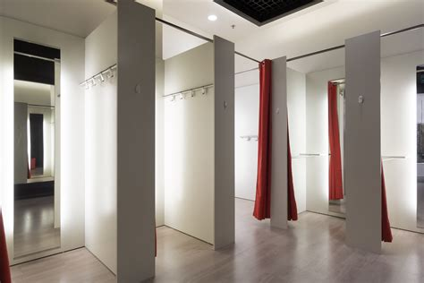 Dressing Room : Will Virtual Fitting Rooms Replace The In-store Experience