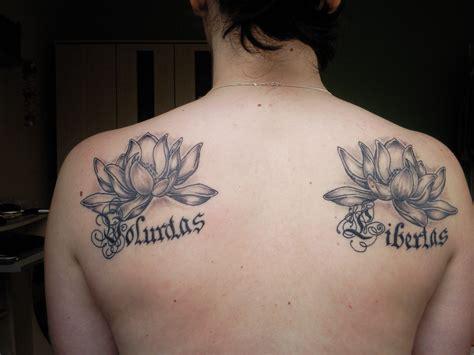 planung des ten tattoos zw den schulterblaettern