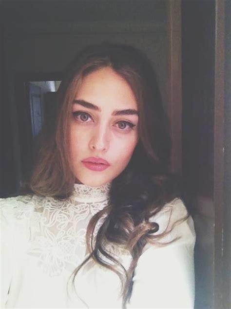 Самые новые твиты от esra bilgiç (@esbilgic): Esra Bilgiç Biography, Drama List, Height, Age, Family, Net Worth