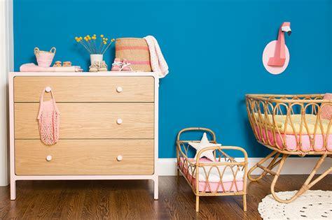 chambre bébé avec un mur bleu