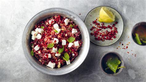 randen couscous salat mit granatapfelkernen und feta
