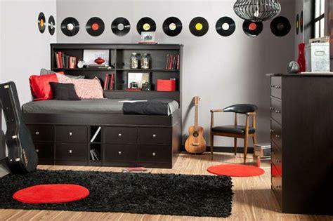 chambre avec lit noir la tête de lit avec rangement un gain d 39 espace déco