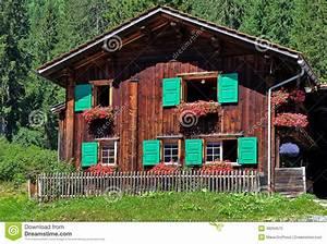Haus Mit Fensterläden : sterreichisches haus mit gr nen fensterl den stockfoto bild 48294575 ~ Eleganceandgraceweddings.com Haus und Dekorationen