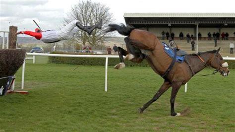jockey sort indemne apres une chute impressionnante