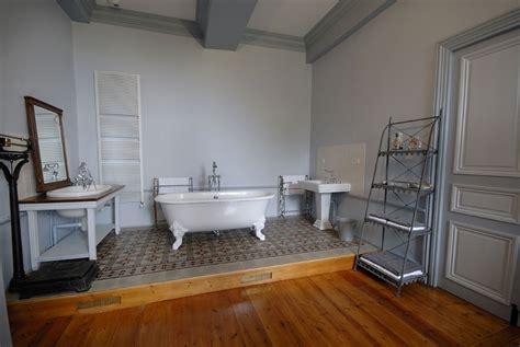 chambre baignoire suites spacieuse et chambres confortables pour séjour de