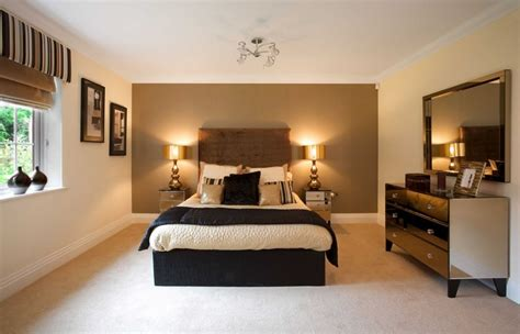 Bedroom Decorating Ideas Brown And Gold by Painted Wall Is A Great Backdrop Great Headboard Ideas