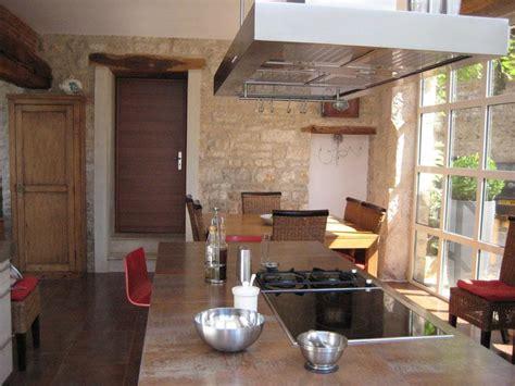 cuisine design italienne avec ilot cuisine moderne dans maison ancienne