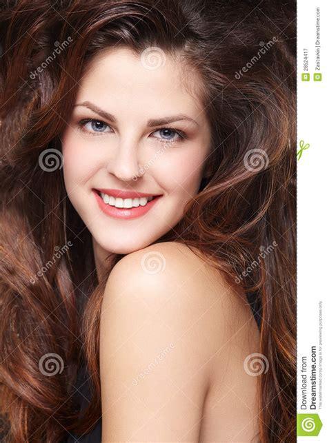 mädchen mit braunen haaren frau mit den langen braunen haaren lizenzfreie