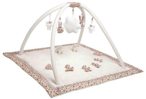 tapis d 233 veil musical ivoire et fleurs rouges nid d ange