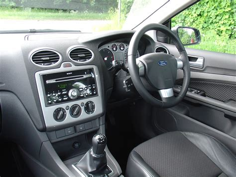 ford focus saloon   review parkers