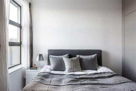 minimalistisch hout interieur minimalistische slaapkamer met grijs kleurenpalet