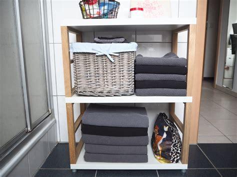 Handtücher Und Schmuckkästchen Im Badezimmer