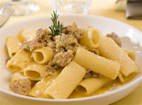 cuisine tv recettes italiennes rigatoni à la chair de saucisses et oeufs cuisine