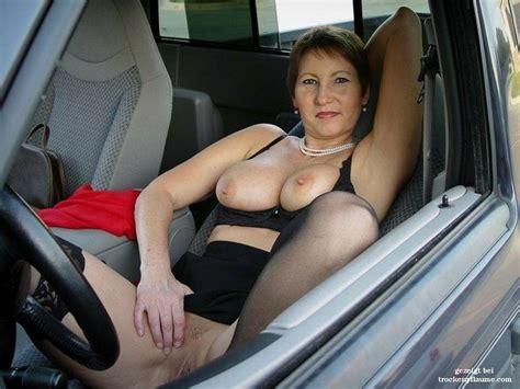 reife nackte frauen, die auf ein auto