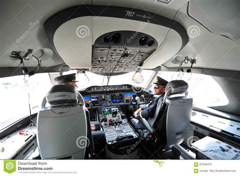 siege ryanair pilots in the cockpit of qatar airways boeing 787 8