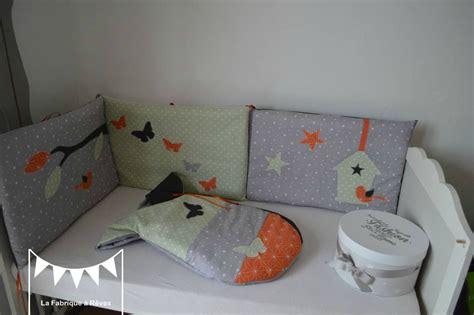 chambre bébé jaune et gris linge de lit enfant bébé vert pâle orange et gris