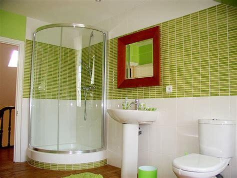 carrelage salle de bain vert et blanc