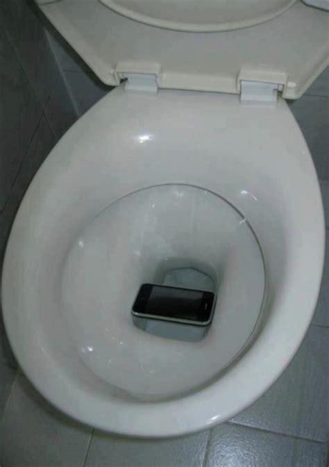telephone presque 233 dans les toilettes