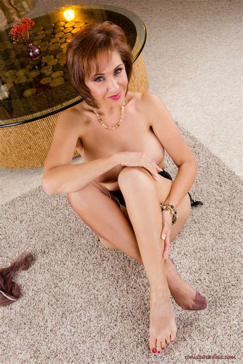 gorgeous milf roni ford takes off her sexy dress