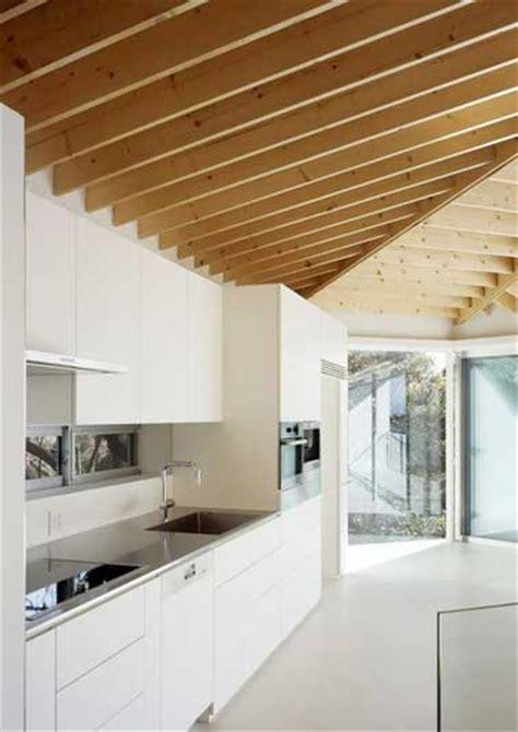couleur peinture cuisine tendance cuisine blanche déco design et plafond avec poutres en chêne