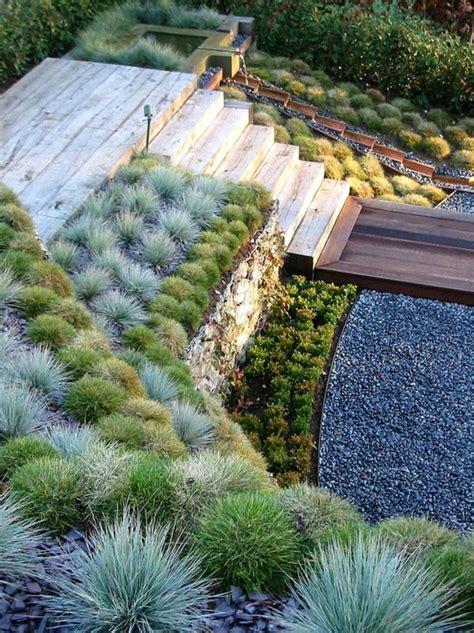 canapé exterieur en palette créer le plus beau jardin avec le gravier pour allée