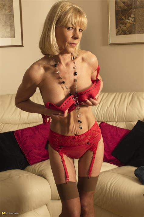 Elaine Horny Mature Slut Playing With Her Rocking Body