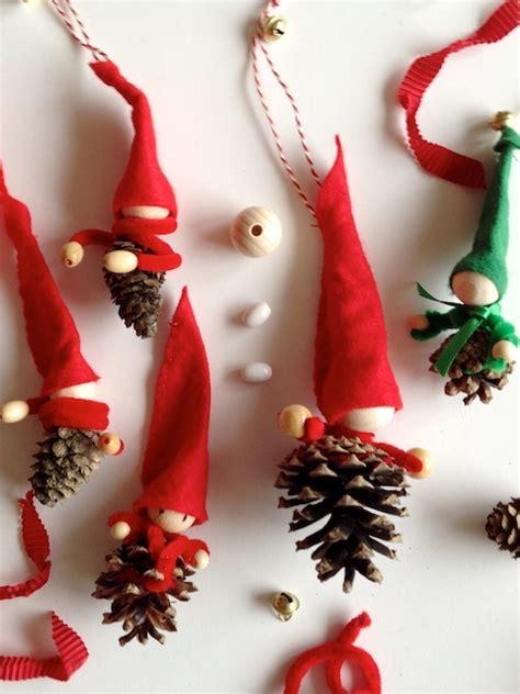 basteln mit tannenzapfen weihnachten schaeresteipapier weihnachten viel spass beim basteln und backen