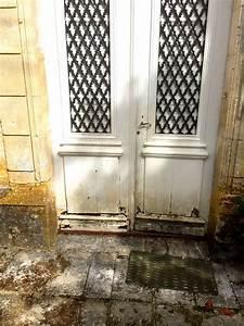 restaurer une vieille porte en bois atlubcom With affiche chambre bébé avec porte pots de fleurs en escalier