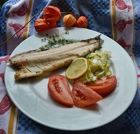 Fisch Auf Teller Anrichten