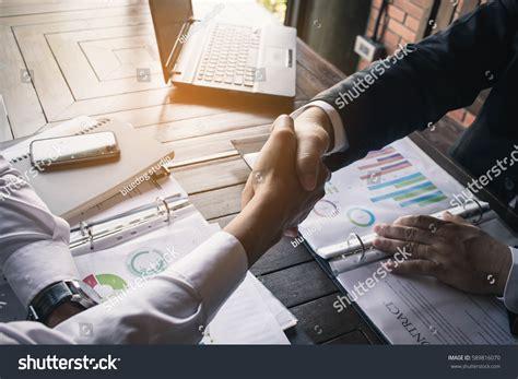 13921 business meeting handshake business team meeting handshake applaud concept stock