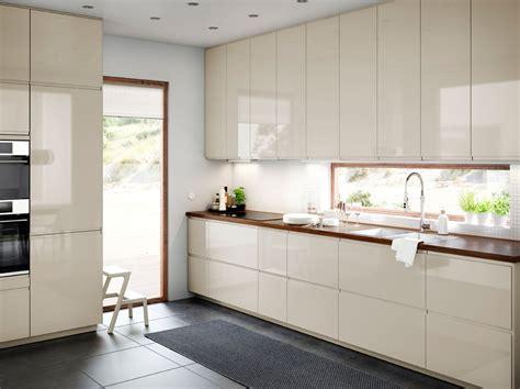 cuisine beige et bois cuisine de taille moyenne avec portes et tiroirs en beige