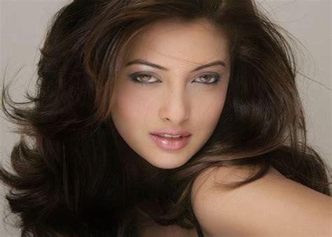 who s that guy with riya sen entertainment news in hindi किसके साथ नजर आ रही हैं रिया सेन