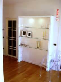 Foto libreria in cartongesso con mensole cristallo di