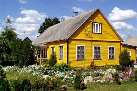 voyager habitats du monde maison typique lituanienne