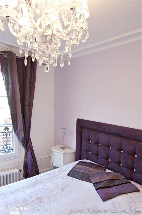 la chambre chambre à coucher avec une tête de lit capitonnée mauve