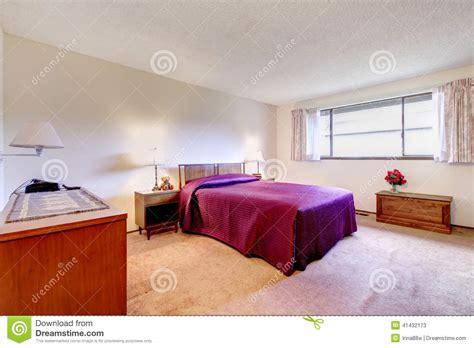 chambre spacieuse chambre à coucher spacieuse avec de vieux meubles
