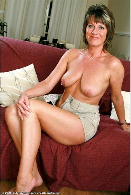 Tia : Sexy Barefoot MILF -Mature Porn Photo