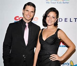 Robbie Amell Wife, Age, Height, Net Worth