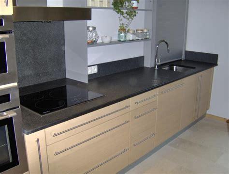 cuisine avec plan de travail noir cuisine blanc plan de travail noir cuisine nous a