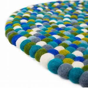tapis rond en boules de feutre bleu mixte au cult With faire un tapis en boule de feutre