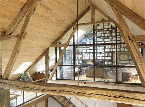construire un bureau en bois bureau sous les toits charpente en bois verrière