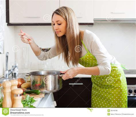 la cuisine des femmes femme faisant cuire la soupe végétarienne dans la cuisine