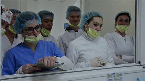 assistente alla poltrona assistente alla poltrona di studio dentistico