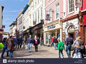 Shoppers busy shopping on High Ousegate city centre York ...